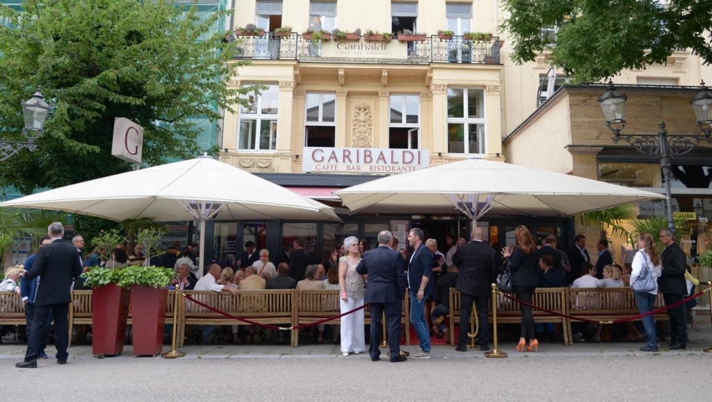 Garibaldi Baden Baden Außenansicht Gäste Sonnenschirm Sitzbänke